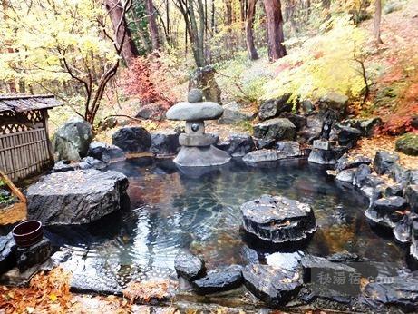 押立温泉住吉館の混浴露天風呂と紅葉の景色
