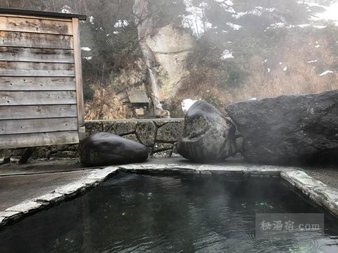 会津西山温泉 滝の湯の混浴露天風呂に入浴中に見える気色
