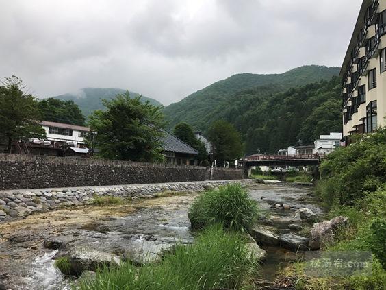 湯西川温泉 金井旅館の河原の湯から見える湯西川上流の景色