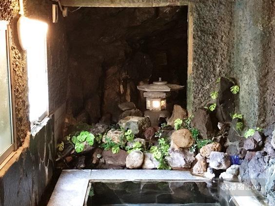 逆巻温泉 川津屋 洞窟風呂の燈籠