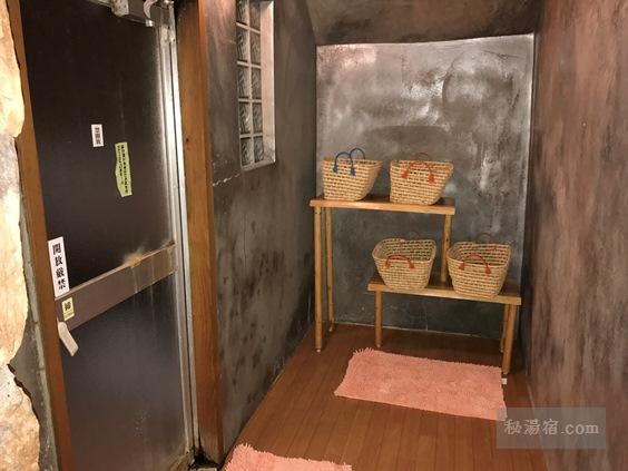 逆巻温泉 川津屋 洞窟風呂の脱衣所