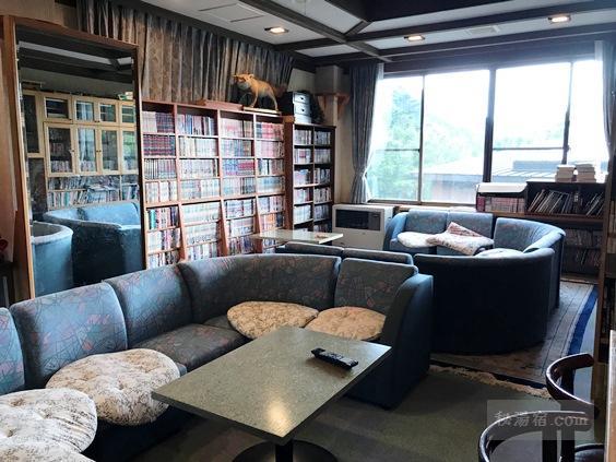 唐沢鉱泉 談話室の読書スペース