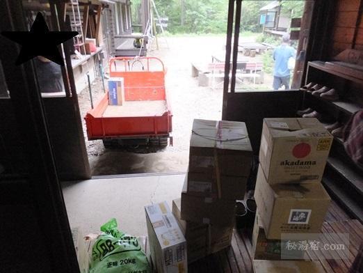 本沢温泉のキャタピラ車と食料品