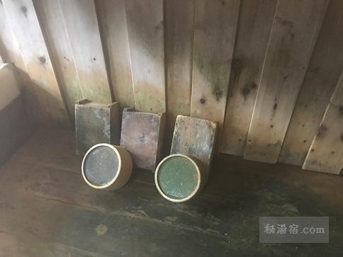 本沢温泉 内湯にある桶と椅子