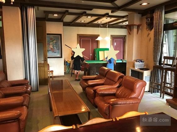 唐沢鉱泉 談話室のソファーセットとビリヤード台