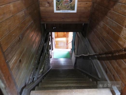 本沢温泉のトイレに向かう階段