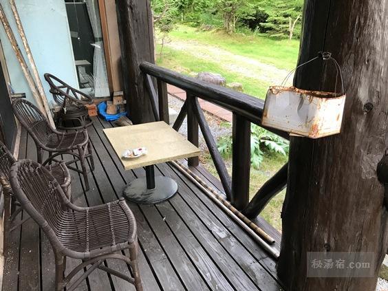 唐沢鉱泉 談話室外の喫煙所