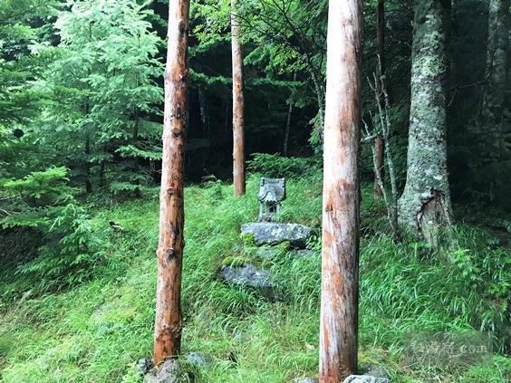 唐沢鉱泉の源泉前にある温泉神社と御柱