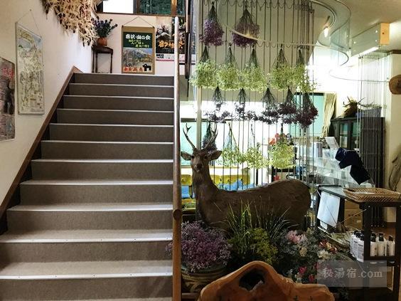 唐沢鉱泉 本館玄関前の階段