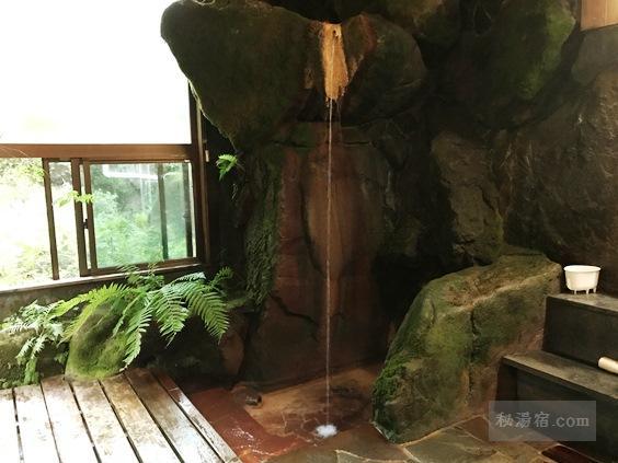 唐沢鉱泉 浴室奥にある打たせ湯