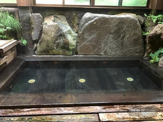 唐沢鉱泉 奥にある加温浴槽