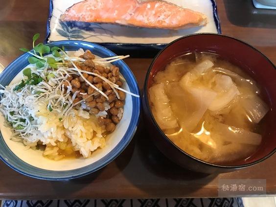 唐沢鉱泉 朝食の納豆ご飯とみそ汁