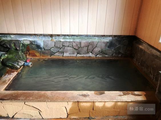 内湯の浴槽のアップ