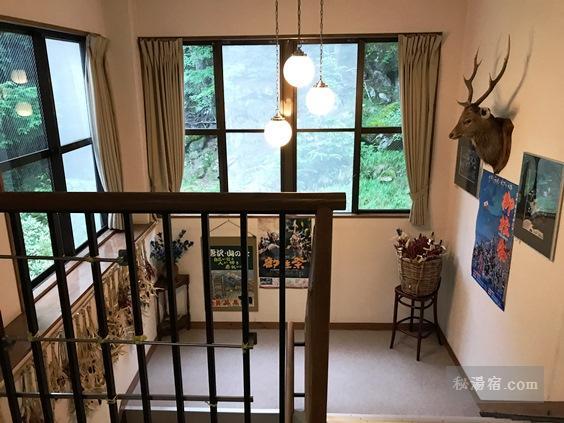 唐沢鉱泉 本館の階段
