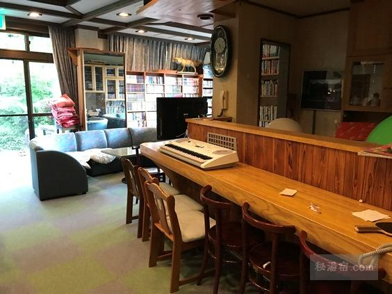 唐沢鉱泉 談話室のカウンターと電子ピアノ