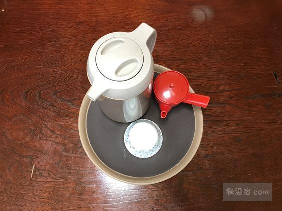 渋御殿湯 休憩用個室に置いてあるお茶セット